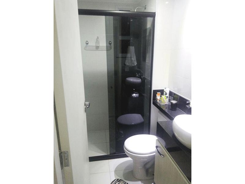 Sacomã, Apartamento Padrão-Banheiro da suíte com piso de cerâmica, pia com bancada de granito, cuba sobreposta, gabinete, box de vidro e teto com moldura de gesso.