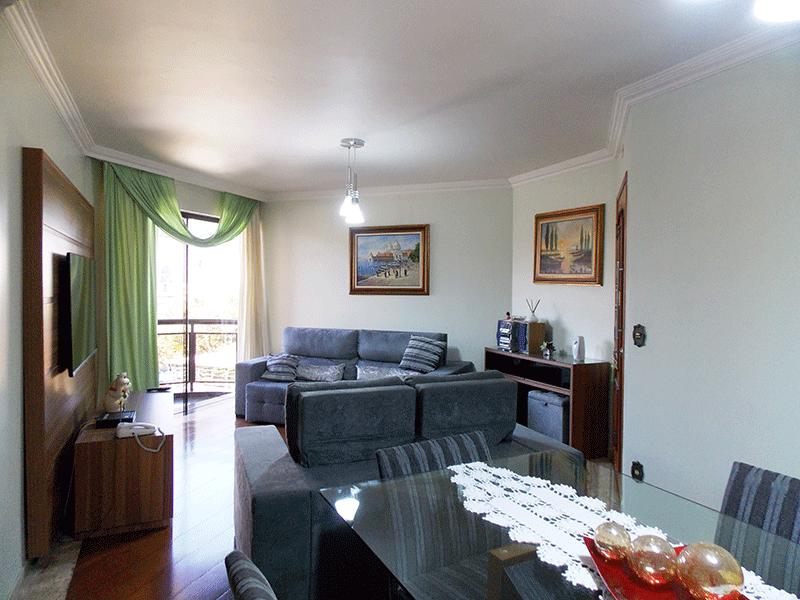 Ipiranga, Apartamento Padrão - Sala com dois ambientes, piso de tábua, teto com moldura de gesso e acesso à sacada.