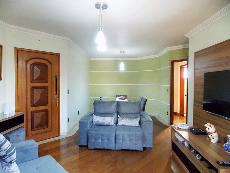 Ipiranga, Apartamento Padrão-Sala com dois ambientes, piso de tábua, teto com moldura de gesso e acesso à sacada.