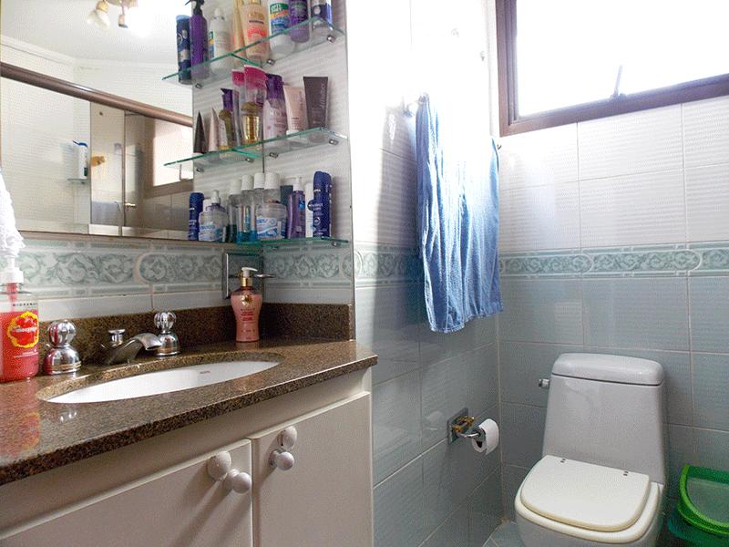 Ipiranga, Apartamento Padrão-Banheiro da suíte com piso de cerâmica, pia de granito, gabinete, box de vidro e teto com moldura de gesso.
