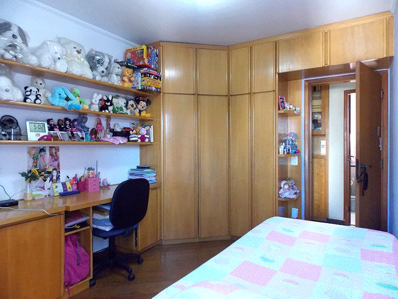 Ipiranga, Apartamento Padrão-2º dormitório com piso de tábua, armários planejados, teto com moldura de gesso e sacada.