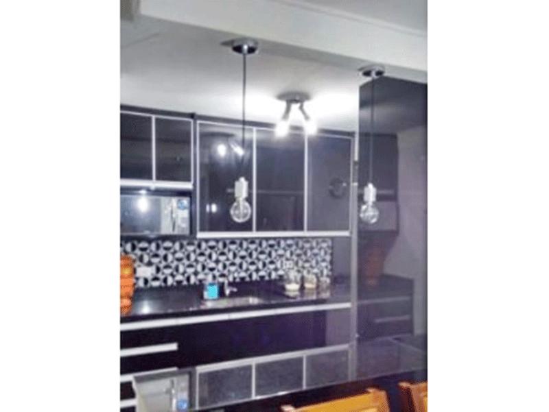 Jabaquara, Apartamento Padrão-Cozinha americana com piso de porcelanato, pia de granito, gabinete, armários planejados e porta de vidro na passagem para a área de serviço.