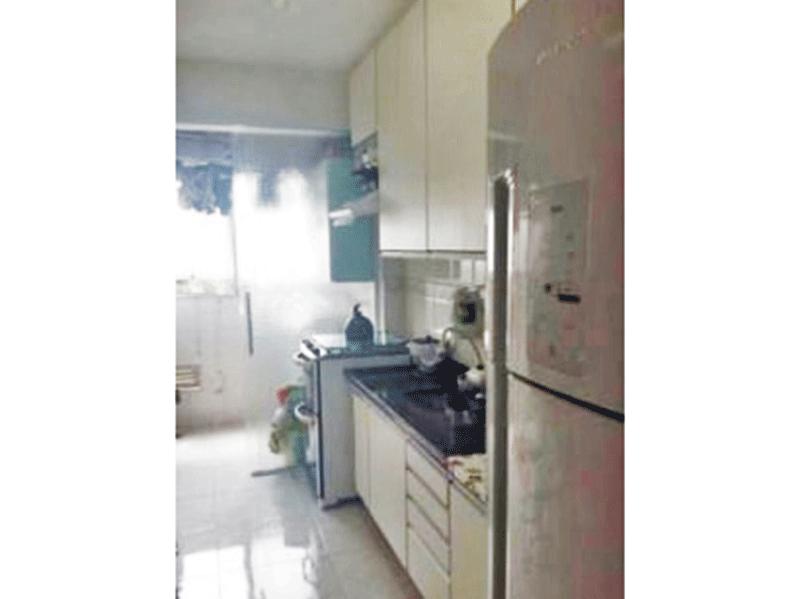Sacomã, Apartamento Padrão-Cozinha com piso de cerâmica, pia de granito, gabinete, armários planejados e porta de vidro na passagem para a área de serviço.