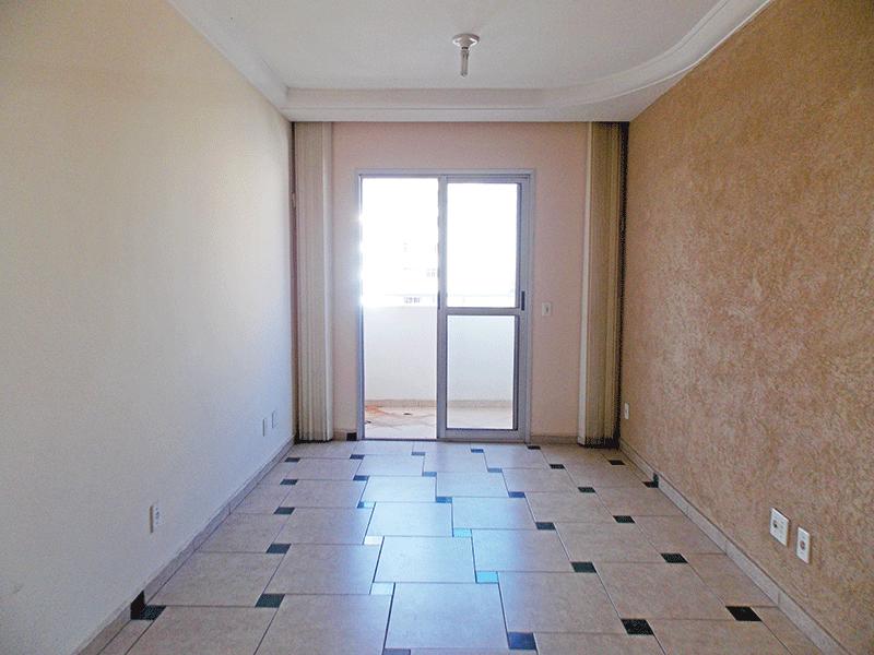 Sacomã, Apartamento Padrão - Sala com dois ambientes, piso de cerâmica, teto com moldura de gesso e acesso à sacada.