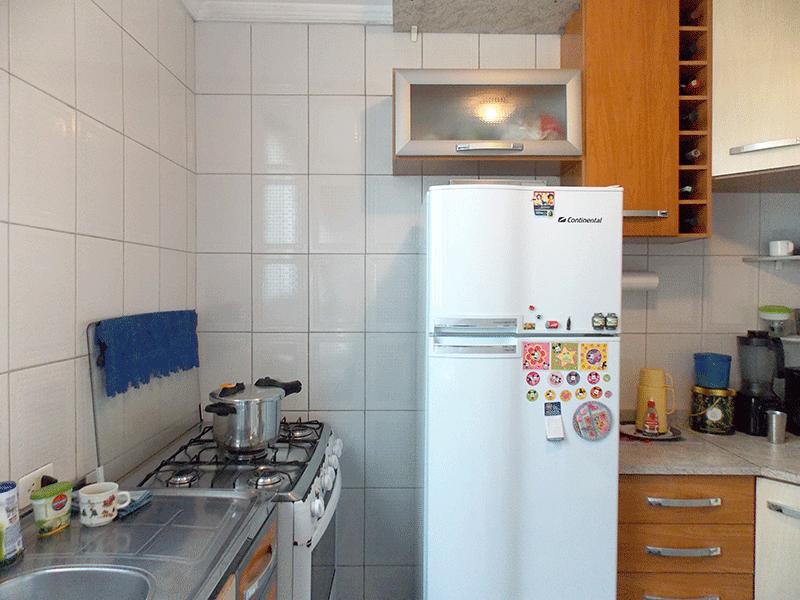 Sacomã, Apartamento Padrão-Cozinha com piso de cerâmica, pia de inox, gabinete e armários planejados e teto com moldura de gesso.