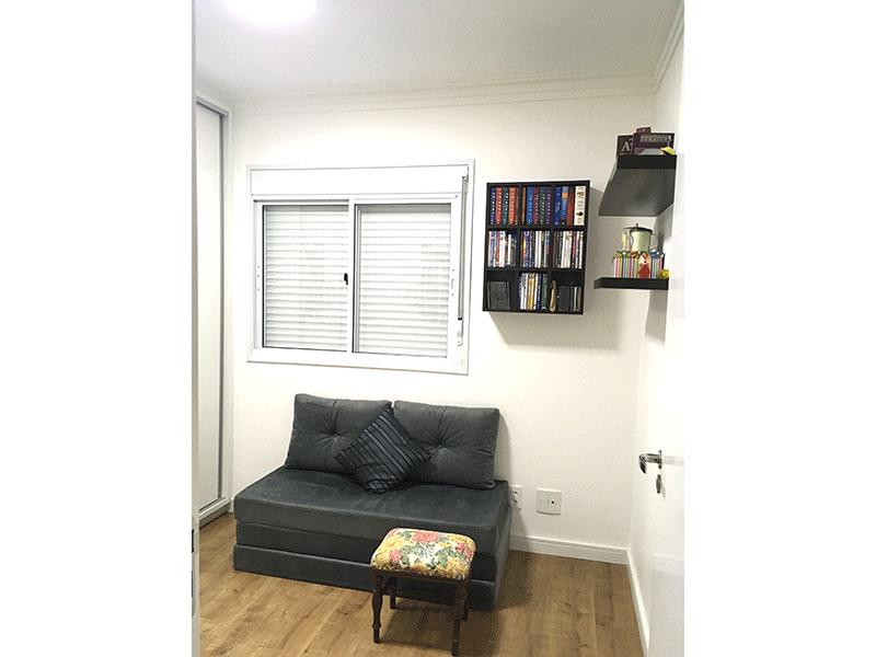 Ipiranga, Apartamento Padrão-Dormitório com piso de madeira, armários planejados e teto com moldura de gesso.
