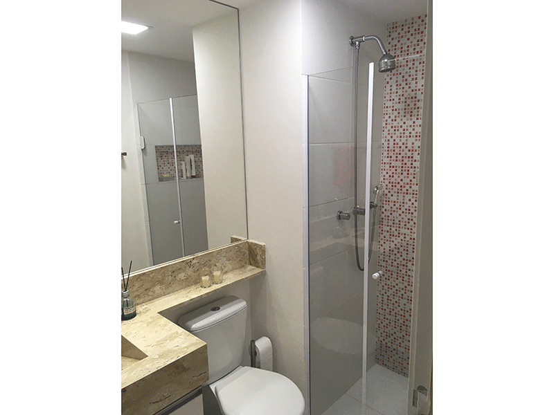 Ipiranga, Apartamento Padrão-Banheiro com piso de cerâmica, pia de mármore, gabinete e box de vidro.