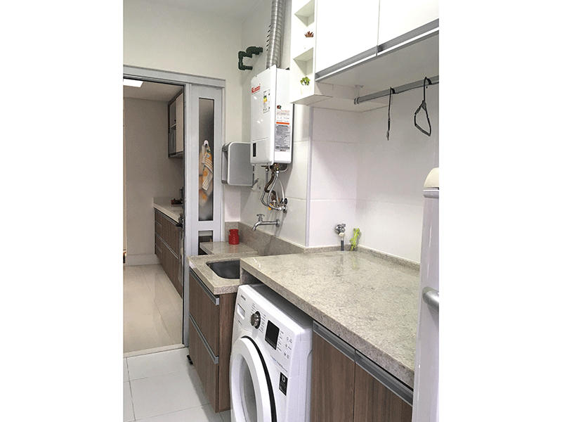 Ipiranga, Apartamento Padrão-Área de serviço com piso de porcelanato, bancada de granito, armários planejados e aquecedor de passagem.