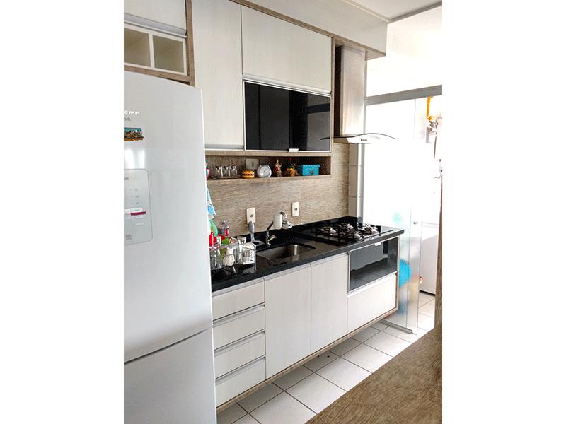 Ipiranga, Apartamento Padrão-Cozinha com piso de cerâmica, pia de granito, armários planejados e porta de vidro na passagem para a área de serviço.