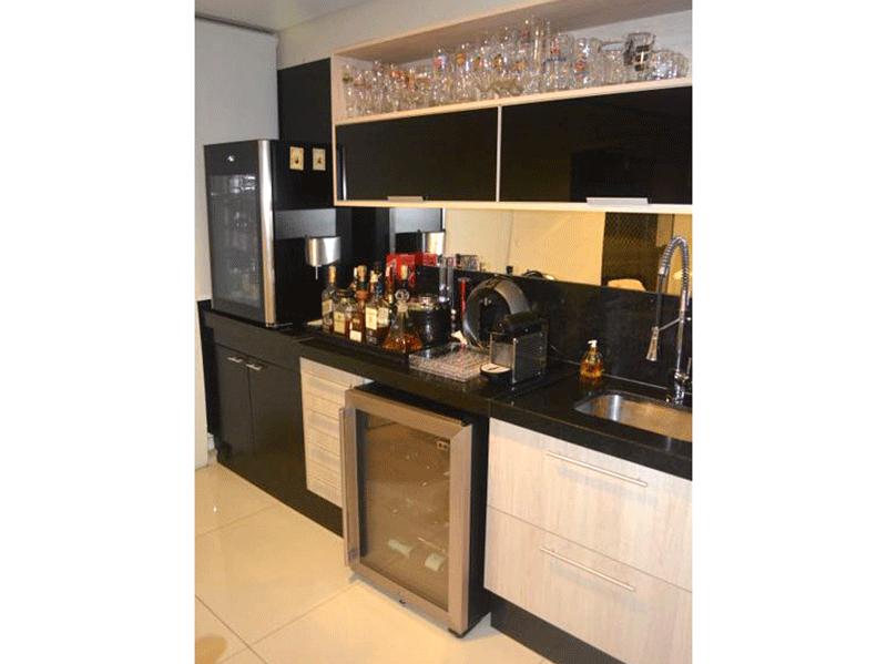 Ipiranga, Apartamento Padrão-Varanda envidraçada com piso de cerâmica, pia de granito, gabinete e armários planejados.