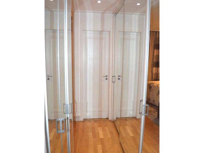Ipiranga, Apartamento Padrão-Suíte com piso de madeira, armários planejados e teto com moldura de gesso.