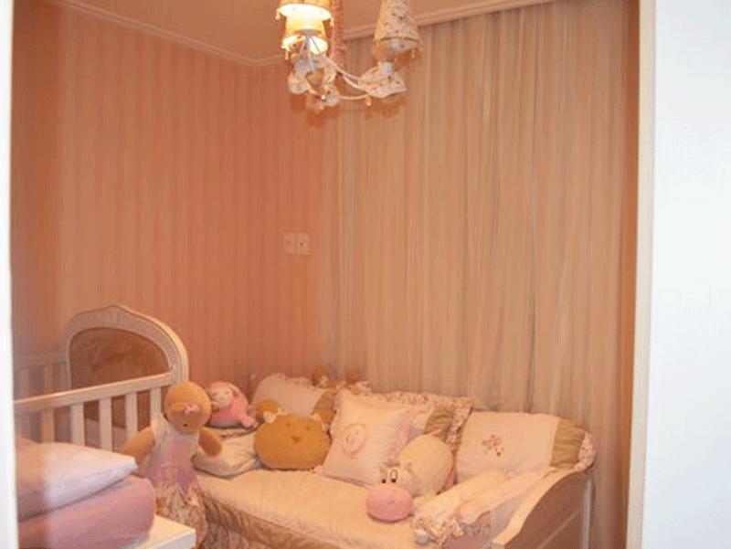 Ipiranga, Apartamento Padrão-2º dormitório com piso de madeira, armários planejados e teto com moldura de gesso.