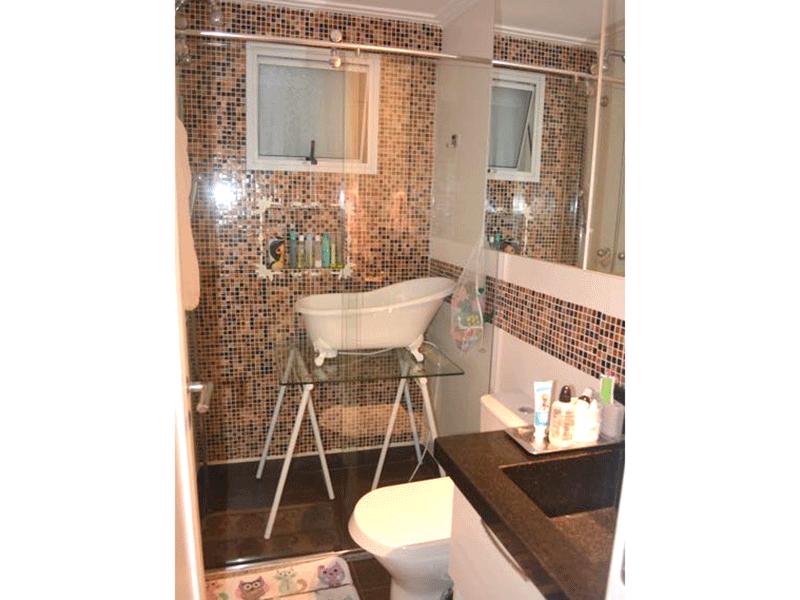 Ipiranga, Apartamento Padrão-Banheiro social com pia de granito, gabinete, box de vidro e teto com moldura de gesso.