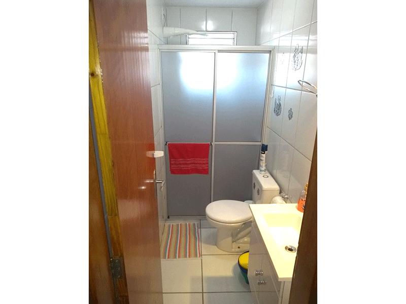 Ipiranga, Apartamento Padrão-Banheiro social com piso de cerâmica, pia com gabinete e box acrílico.