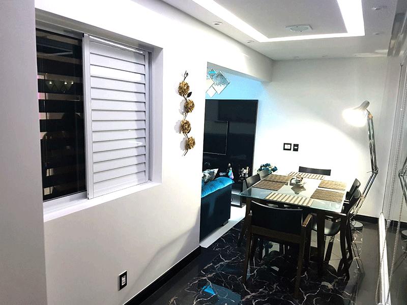 Ipiranga, Apartamento Padrão-Varanda envidraçada com piso de porcelanato, teto com sanca de gesso e iluminação embutida.