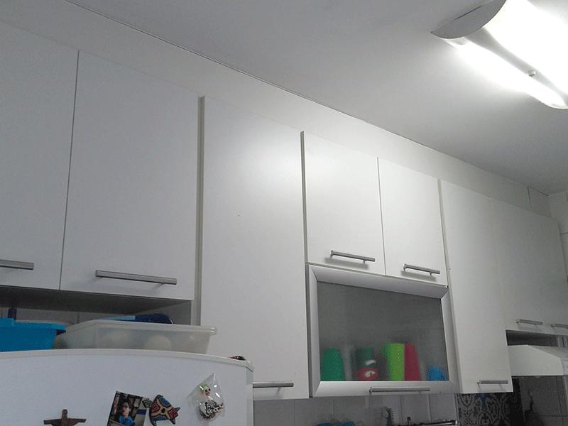 Sacomã, Apartamento Padrão-Cozinha piso cerâmica, pia de granito, armários planejados e porta de vidro na passagem para a área de serviço.