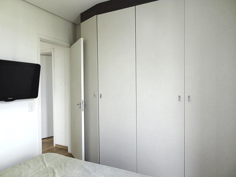 Jabaquara, Apartamento Padrão-1º dormitório com piso laminado, armários planejados e teto com moldura de gesso.