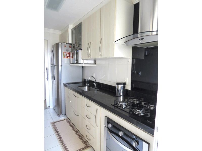 Sacomã, Apartamento Padrão-Cozinha com piso de cerâmica, pia de granito, armários planejados e porta de alumínio na passagem para a área de serviço.