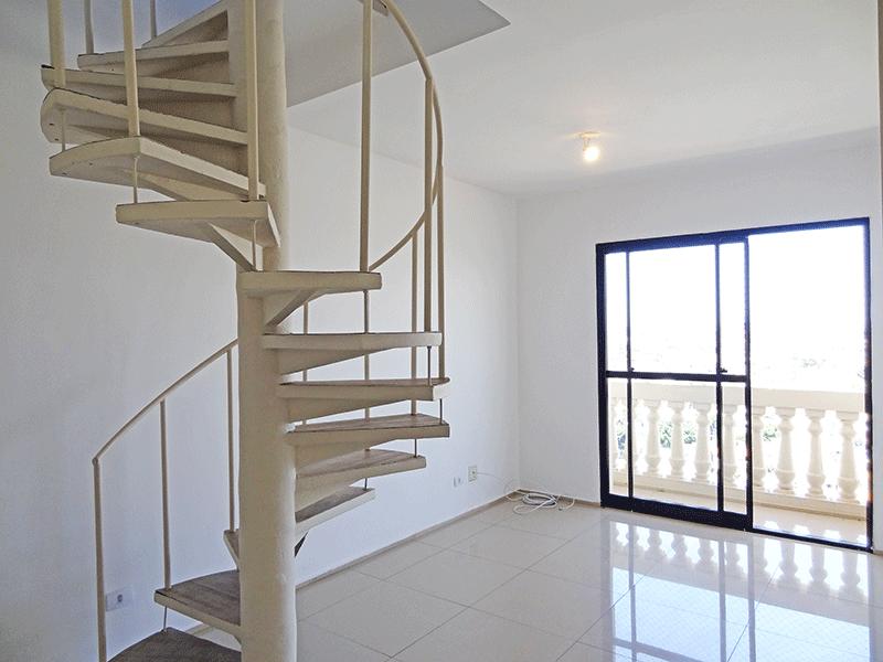 Jabaquara, Cobertura Duplex-Sala com dois ambientes, piso de porcelanato e acesso à sacada.