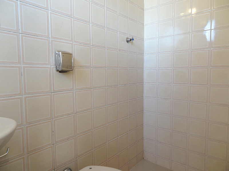 Jabaquara, Cobertura Duplex-Banheiro de serviço com piso de porcelanato, pia de porcelana e teto com moldura de gesso.