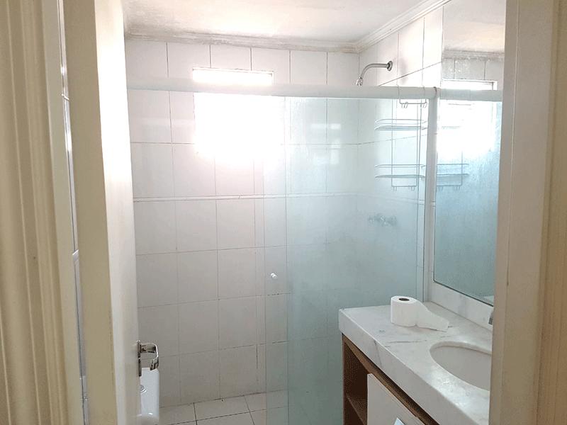 Sacomã, Apartamento Padrão-Banheiro da suíte com piso de cerâmica, teto com moldura de gesso, pia de mármore, box de vidro .