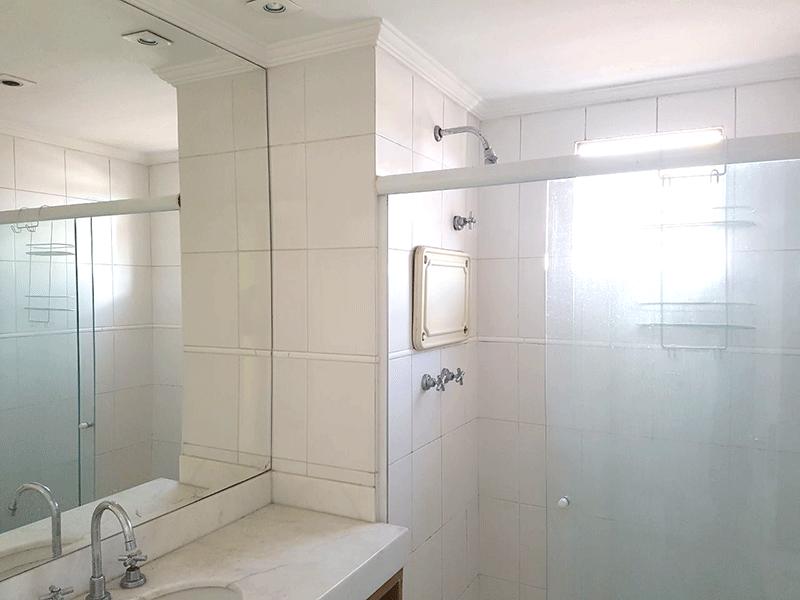 Sacomã, Apartamento Padrão-Banheiro social com piso de cerâmica, teto com moldura de gesso, pia de mármore, box de vidro .