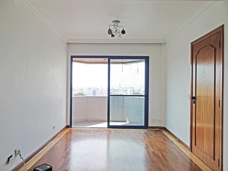Ipiranga, Apartamento Padrão - Sala com dois ambientes, piso taquinho de madeira, teto com moldura de gesso e acesso à sacada.