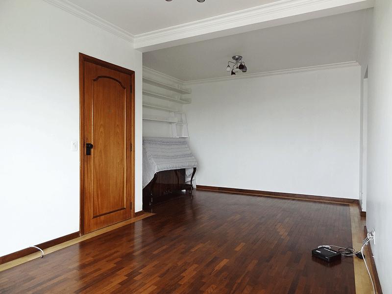 Ipiranga, Apartamento Padrão-Sala com dois ambientes, piso taquinho de madeira, teto com moldura de gesso e acesso à sacada.