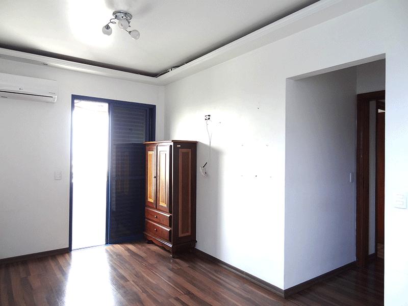 Ipiranga, Apartamento Padrão-Suíte com piso laminado, armários embutidos, teto com sanca de gesso, iluminação embutida e sacada.