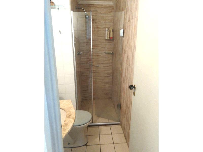 Sacomã, Apartamento Padrão-Banheiro social com piso de cerâmica, box de vidro e pia de granito.
