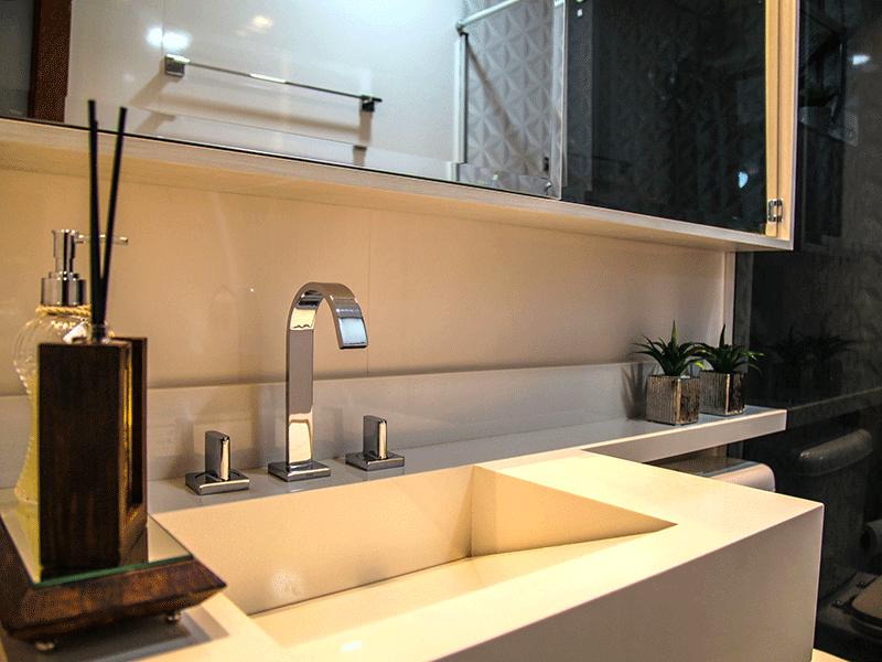 Sacomã, Apartamento Padrão-Banheiro social com piso de porcelanato, pia de mármore, gabinete, box de vidro e teto rebaixado com iluminação embutida.