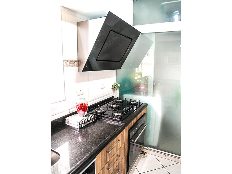 Sacomã, Apartamento Padrão-Cozinha com piso de cerâmica, pia de granito, armários planejados, teto com moldura de gesso, ventilação externa e porta de vidro na passagem para a área de serviço.
