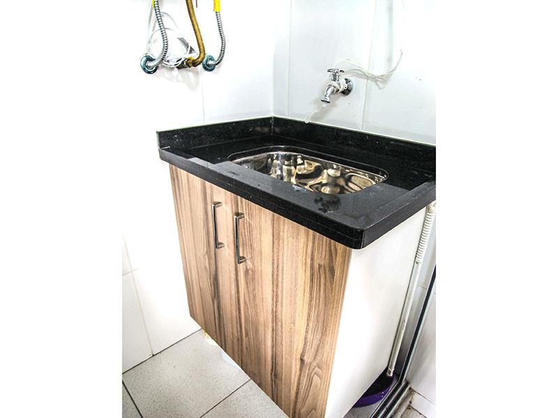 Sacomã, Apartamento Padrão-Área de serviço com piso de cerâmica, pia com gabinete e aquecedor de passagem.