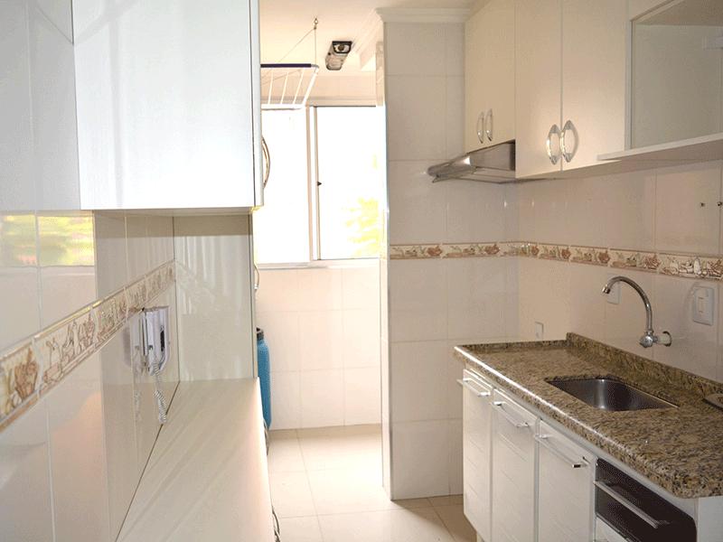 Sacomã, Apartamento Padrão-Cozinha com piso de porcelanato, pia de granito, armários planejados e teto com moldura de gesso.