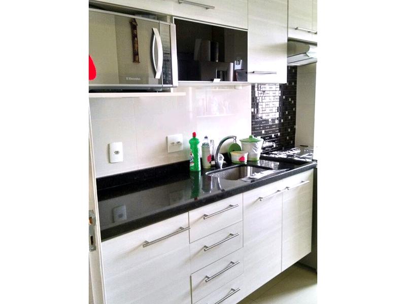 Sacomã, Apartamento Padrão-Cozinha integrada com a área de serviço, piso de porcelanato, pia de granito com gabinete e armários.