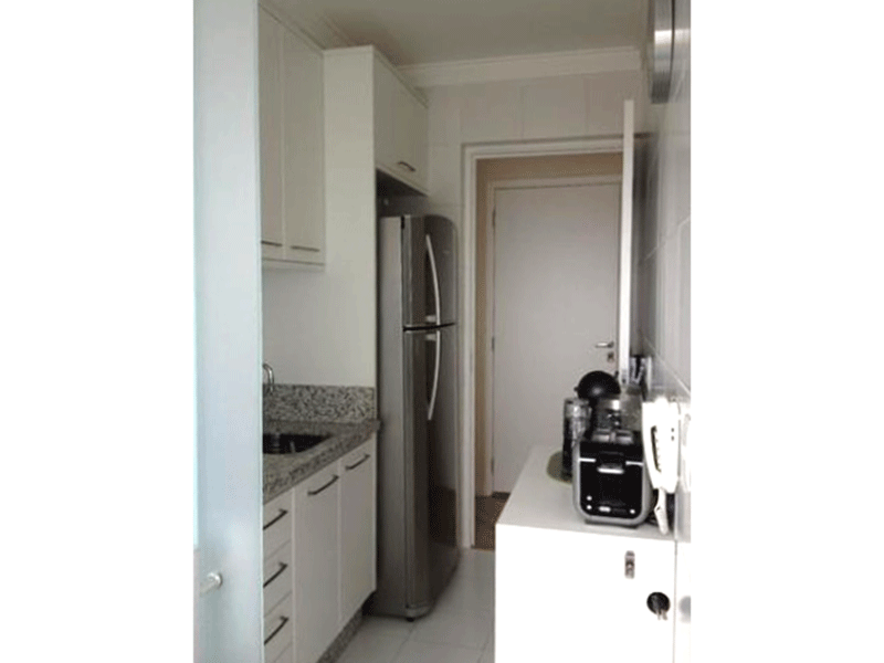 Sacomã, Apartamento Padrão-Cozinha com piso de cerâmica, pia de granito com gabinete, teto com moldura de gesso e porta de vidro na passagem para a área de serviço.