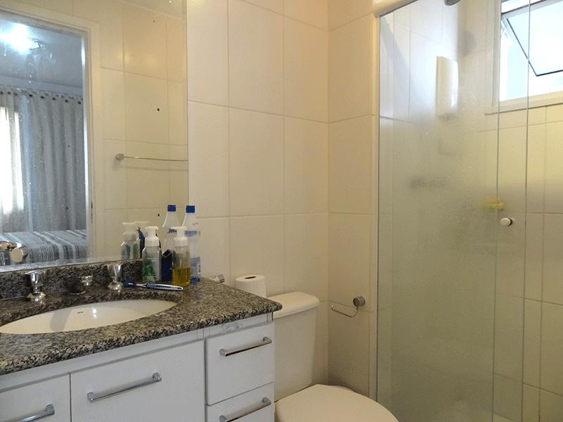 Jabaquara, Apartamento Padrão-Banheiro da suíte  com piso de cerâmica, pia de granito com gabinete e box de vidro.