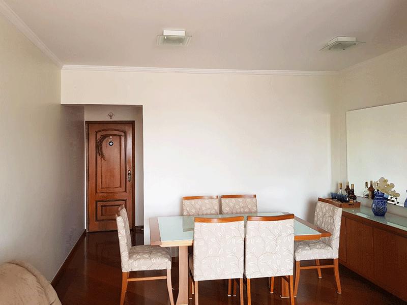 Ipiranga, Apartamento Padrão-Sala com dois ambientes, piso de madeira, teto com moldura de gesso e acesso à varanda.