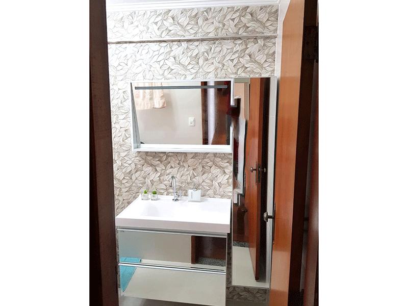 Ipiranga, Apartamento Padrão-Banheiro social com piso de porcelanato, pia com gabinete e box de vidro.