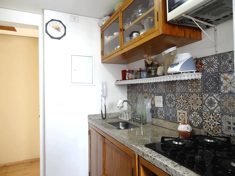 Ipiranga, Apartamento Padrão-Cozinha com piso de porcelanato, e pia de granito, gabinete, armários planejados e teto rebaixado.