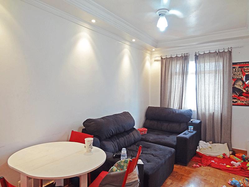 Ipiranga, Apartamento Padrão - Sala com dois ambientes, piso de madeira, teto sanca com moldura de gesso e iluminação embutida.