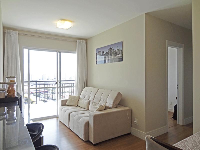 Ipiranga, Apartamento Padrão - Sala com dois ambientes, piso laminado e acesso à varanda.