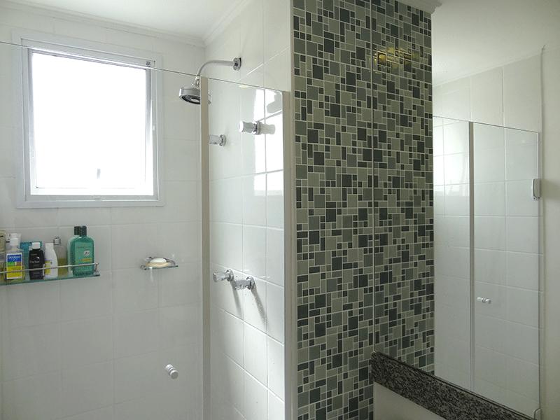 Ipiranga, Apartamento Padrão-Banheiro da suíte com piso de cerâmica, teto com moldura de gesso, pia de granito, gabinete e box de vidro.