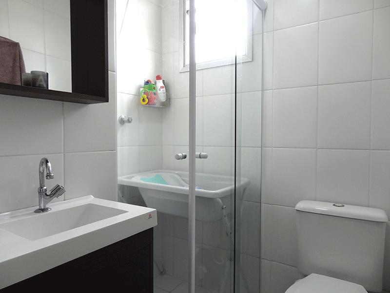 Sacomã, Apartamento Padrão-Banheiro social com piso de cerâmica e box de vidro.