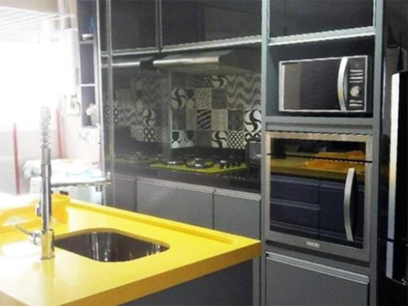 Ipiranga, Apartamento Padrão-Cozinha americana com piso laminado, bancada de granito com pia e armários planejados.