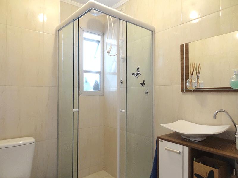 Jabaquara, Apartamento Padrão-Banheiro social com piso de cerâmica, cuba sobreposta, gabinete, box de vidro e teto com moldura de gesso.
