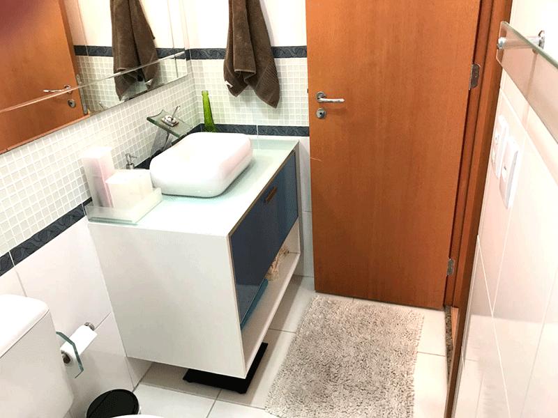 Ipiranga, Apartamento Padrão-Banheiro social com piso de cerâmica, cuba sobreposta, bancada de vidro e gabinete.