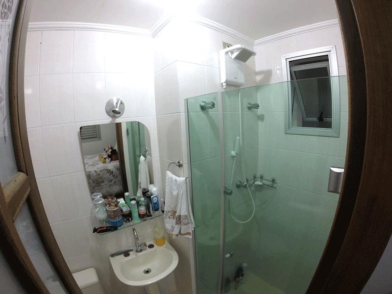 Sacomã, Apartamento Padrão-Banheiro da suíte com piso de cerâmica, pia de porcelana, box de vidro e teto com moldura de gesso.