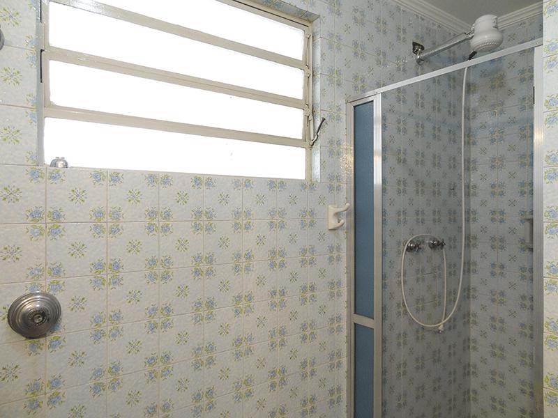 Ipiranga, Apartamento Padrão-Banheiro social com piso de cerâmica, pia de mármore e teto com moldura de gesso.