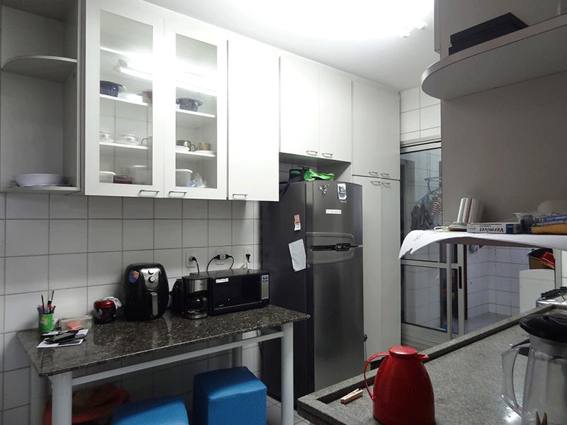 Ipiranga, Apartamento Padrão-Cozinha com piso de cerâmica, pia de granito, gabinete e armários planejados.